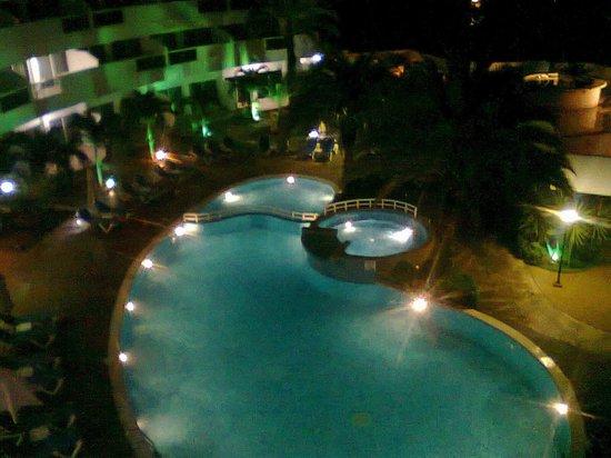 SUNSOL Caribbean Beach: vista nocturna de la  piscina desde el balcon de la habticaion