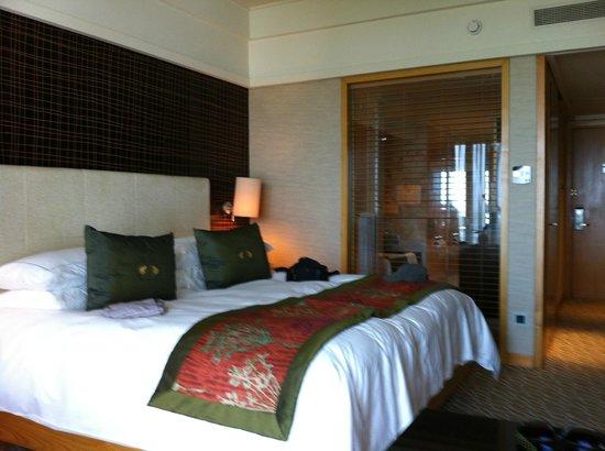 Mandarin Oriental, Singapore: room 20th floor- bathroom with glaswall