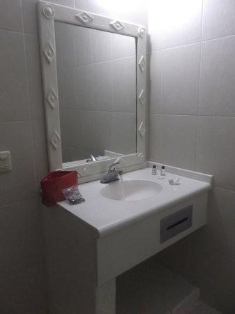 Hotel Alikar: Salle de bain de notre chambre 306.