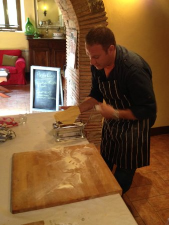 La Tavola Marche Agriturismo & Cooking School: The master: Jason leading the pasta class