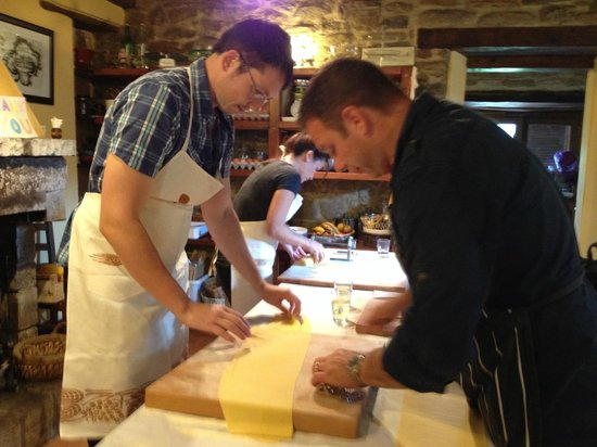 La Tavola Marche Agriturismo & Cooking School: Pasta class in action