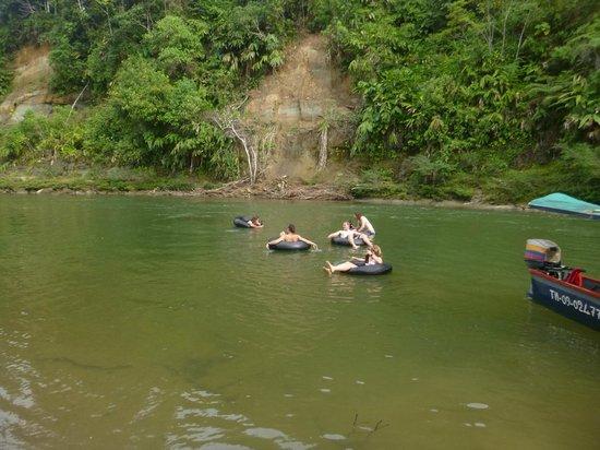 Arajuno Jungle Lodge : Tubing activity down the river