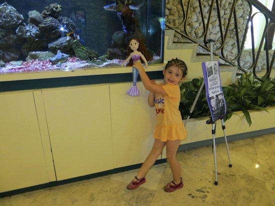 Days Hotel - Thunderbird Beach Resort : ma belle princesse devant l'aquarium dans le hall d'entrée