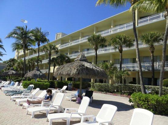 Days Hotel - Thunderbird Beach Resort : près de la piscine