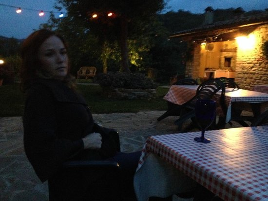 La Tavola Marche Agriturismo & Cooking School: Pre-dinner sip outside the farmhouse