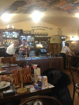 Svejk Restaurant U zeleneho stromu: Персонал на разливе