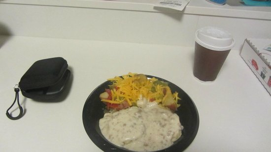 Residence Inn Des Moines Downtown: hotel breakfast(potatoes with peppers, onions & cheese and biscuits with gravy)
