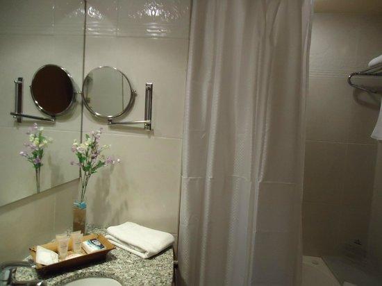 Armon Suites Hotel: Banheiro