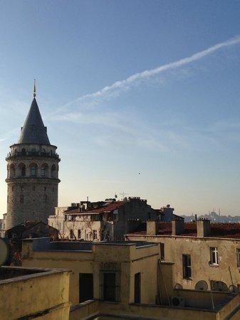 Meroddi Pera Hotel: Утренний вид с балкона на Галатскую башню