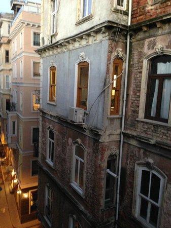 Meroddi Pera Hotel: Переулок