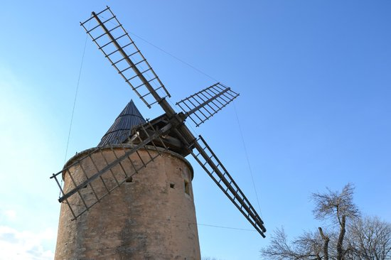 Provence Exclusive Tours : Old windmill in Provence