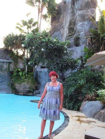 Swiss-Belhotel Segara Resort & Spa : водопад у бассейна