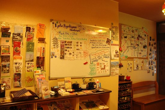 Kyoto Hana Hostel : Whiteboard with a lot of information