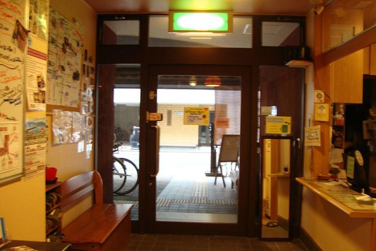 Kyoto Hana Hostel: View from inside to outside at Lobby