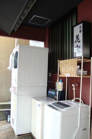 Kyoto Hana Hostel: Washing machine area