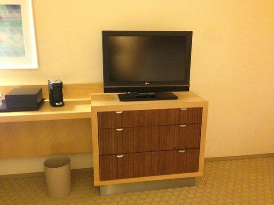 Renaissance ClubSport Aliso Viejo Laguna Beach Hotel: Dresser/TV