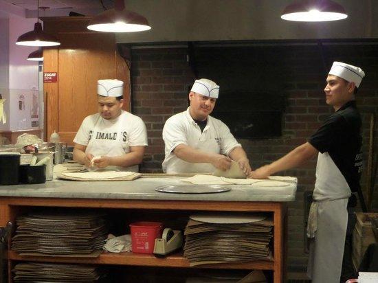 Grimaldi's : Os pizzaiolos trabalhando