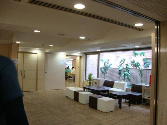 Super Hotel Lohas Ikebukuro-Eki Kitaguchi : Sofa area with newspaper