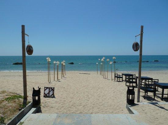 SriLanta Resort: Beach area (in front of the restaurant)