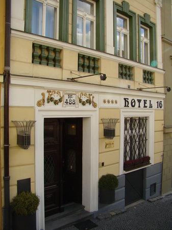 Hotel 16: Entrance