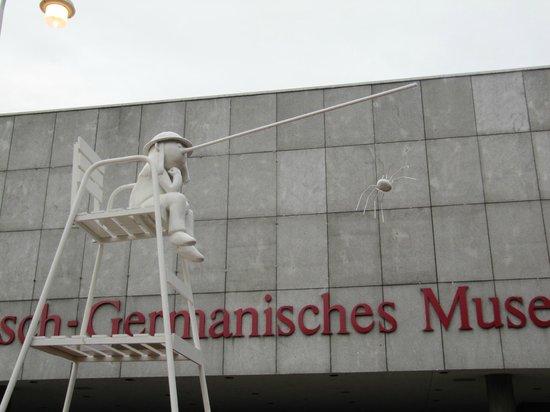 Roman-German Museum (Romisch-Germanisches Museum): Перед входом в музей необычные фигуры