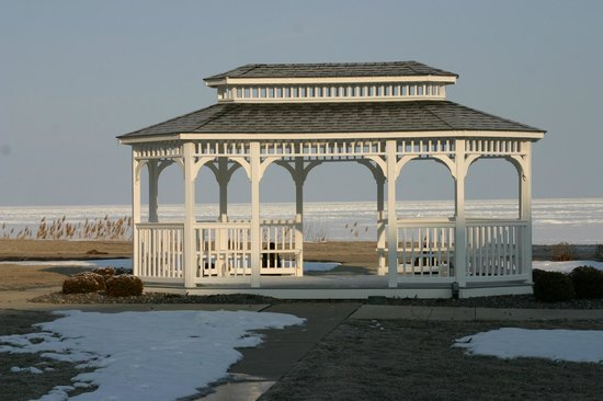 The Lodge at Geneva-on-the-Lake: Gazebo on the lawn by Lake Erie