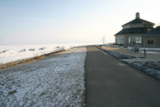 The Lodge at Geneva-on-the-Lake: The indoor pool building and the walk beside Lake Erie