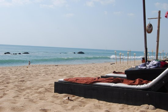 SriLanta Resort: Loungers on beach