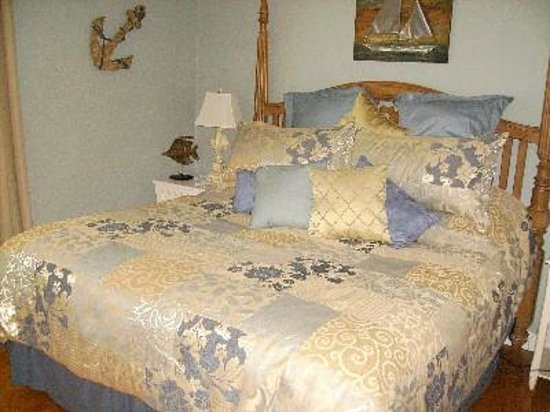 The Seagull Inn and Condominiums : Master bedroom in a Townhouse