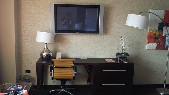 Grand Sierra Resort and Casino: Desk and TV