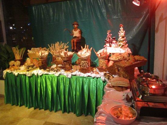 Fihalhohi Island Resort: Brotbuffet am Weihnachtsabend