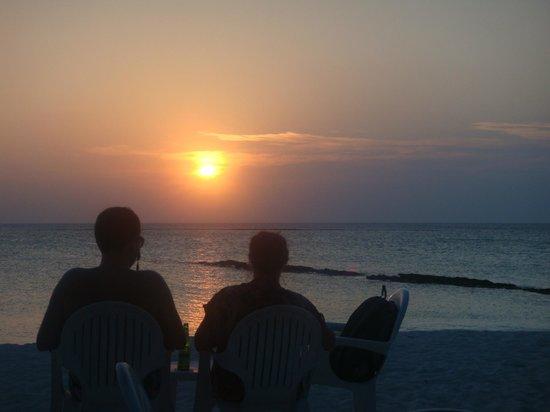 Fihalhohi Island Resort: Sonnenuntergang bei Blue Lagoon Bar