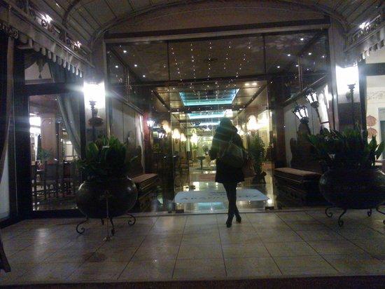 Abano Ritz Terme: INGRESSO DELL'HOTEL in notturna