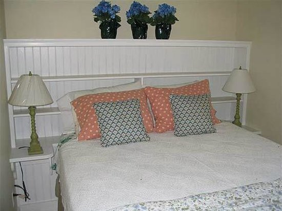 Harbor House Country Cottages : Robin's Nest Bedroom with vaulted ceiling