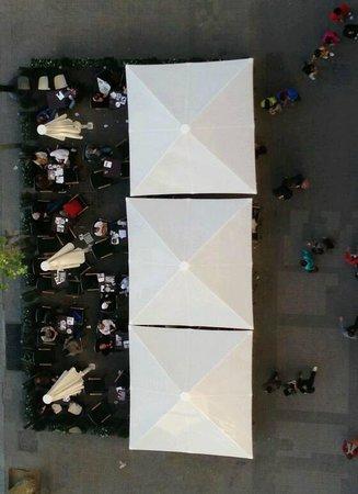 Olivia Plaza Hotel: Vue depuis la Terrasse de la chambre : terrasse extérieure du café situé en bas de l'Hotel