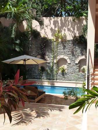 Acanto Hotel & Condominiums: courtyard pool area
