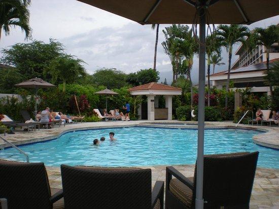 Maui Coast Hotel: Pool & Hot tub area, with food and beverage service