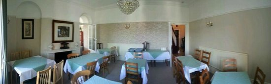 Torrs Hotel Ilfracombe: Panorama of the dining room. Extra tables squeezed in for a block booking.