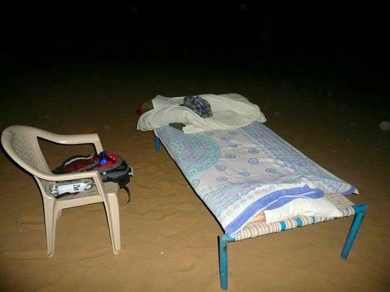 Jaisalmer Desert Camp: Bed (by www.dont-complain.com)