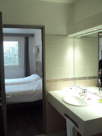 Hotel La Chartreuse : Habitación doble estándar y baño.