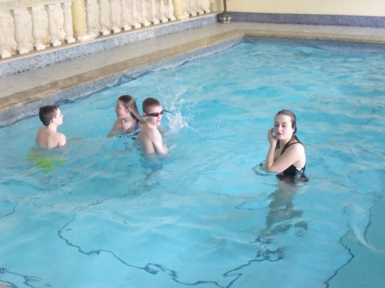 Glenthurston Self-Catering Apartments: kids in the pool