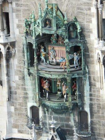 St. Peter's Church: ペーター教会の塔の上から見た新市庁舎のからくり時計