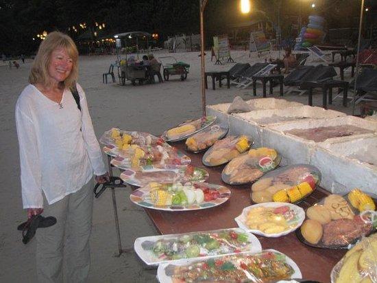 Vongdeuan Resort: dinner on the beach