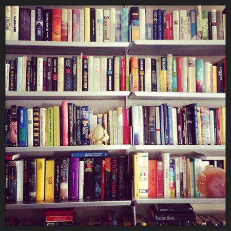 B&B Quartopiano: la libreria in salotto