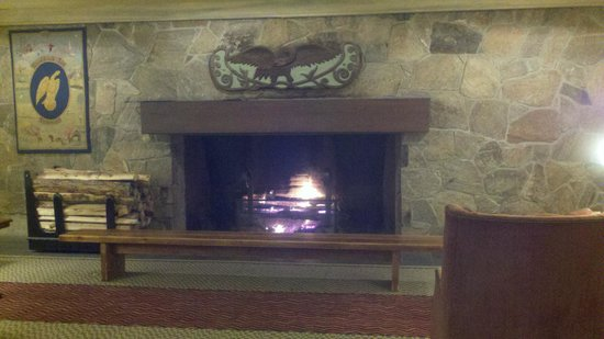 Woodstock Inn and Resort: Welcoming fireplace in the lobby