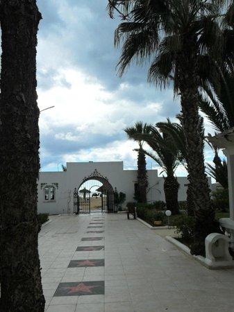 Hotel Movie Gate: l allée menant à la plage