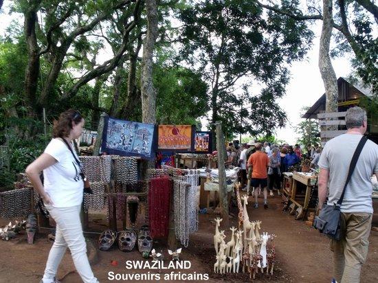 Swazi Candles: Marché aux souvenirs à l'extérieur.