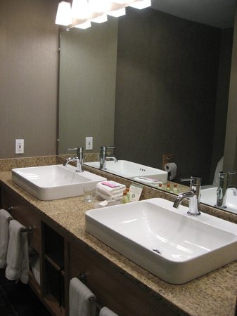 Killington Grand Resort Hotel: renovated bathroom