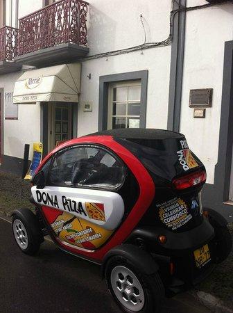 Dona Pizza: Delivery car