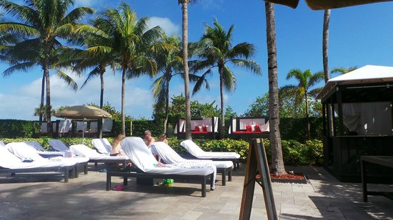 Hilton Bentley Miami/South Beach: Relaxing at pool enjoying refreshment and the great service